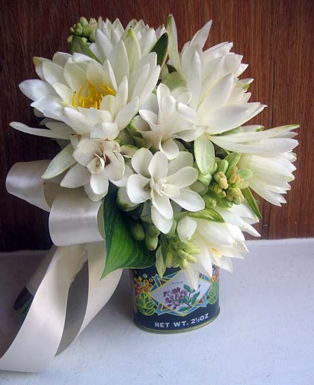 Waterlily and tuberose bouquet by Little Pheasant